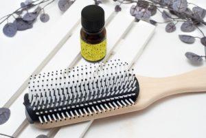 女性用育毛剤 ヘアブラシの抜け毛