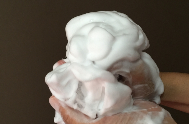 泡立てた泡で汚れを浮かすように洗顔